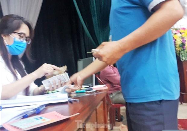 Tận thấy cảnh thu tiền chênh làm căn cước công dân gắn chip ở Hưng Yên - Ảnh 1.