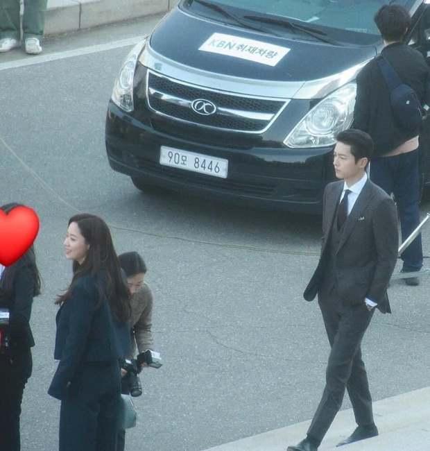 Netizen phát sốt với visual siêu thực của Song Joong Ki ở ảnh chụp lén trên phim trường Vincenzo - Ảnh 1.