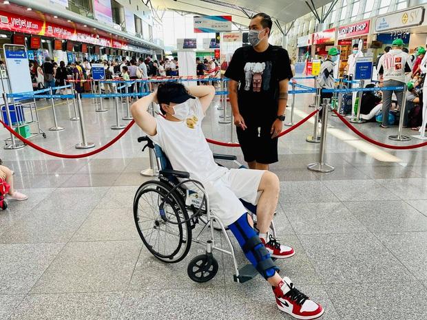 Clip Karik lộ rõ vẻ đau đớn khi được dìu xuống dưới khán đài Rap Việt Concert, xót xa nụ cười gượng trong tiếng fan cổ vũ - Ảnh 7.