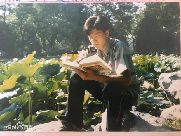 Từ nhân viên bảo vệ đến hiệu trưởng quốc dân: Chàng trai nghèo bỏ học giữa chừng tự tay viết nên vận mệnh khiến cả Trung Quốc ngưỡng mộ - Ảnh 2.