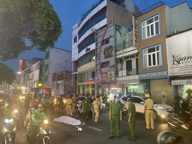 Sau va chạm với xe khách, người đàn ông té ngã đập đầu xuống đường tử vong ở Sài Gòn - Ảnh 1.