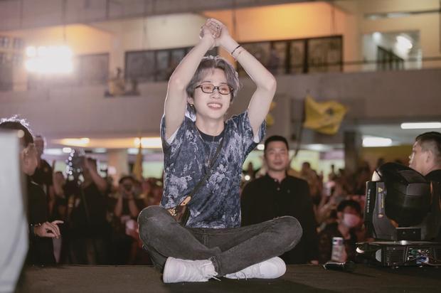 Jack bật khóc ngay tại buổi offline mừng sinh nhật, fan chi lớn mua cho thần tượng một ngôi sao đúng cung Hoàng đạo - Ảnh 5.