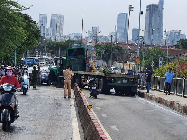 TP.HCM: Xe container tông nát ô tô 7 chỗ, hàng nghìn phương tiện đứng chôn chân nhiều giờ vì ùn tắc - Ảnh 1.