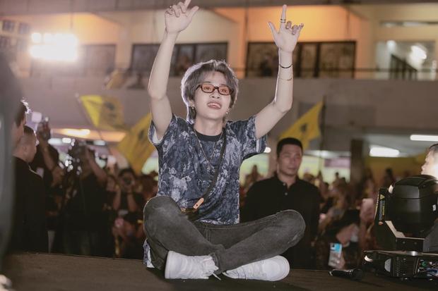 Jack bật khóc ngay tại buổi offline mừng sinh nhật, fan chi lớn mua cho thần tượng một ngôi sao đúng cung Hoàng đạo - Ảnh 6.
