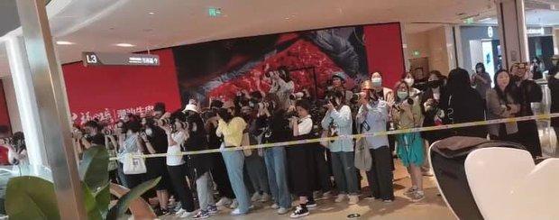 Hàng trăm fan bu kín để chụp Cung Tuấn đóng phim mới, nhìn sơ lại giống Tiêu Chiến lúc xưa? - Ảnh 4.