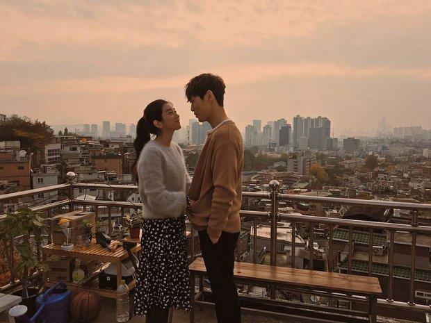 Soi hint Seo Ye Ji và Kim Jung Hyun (Hạ Cánh Nơi Anh) hẹn hò: Nhìn nhau ám muội, hẹn hò đến tặng quà lồ lộ mà không ai hay - Ảnh 4.