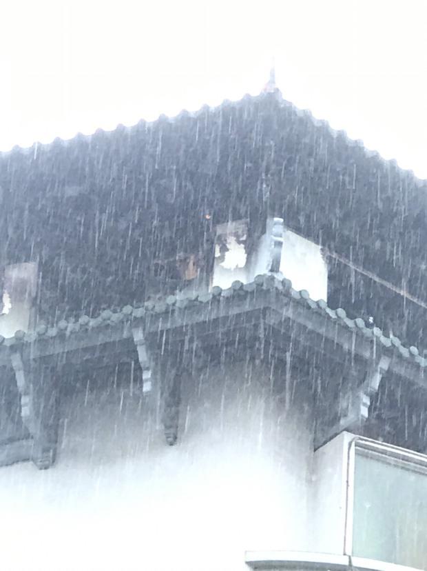 Clip: Khách sạn Đồng Khánh ở TP.HCM bốc cháy dữ dội trong cơn mưa lớn - Ảnh 6.