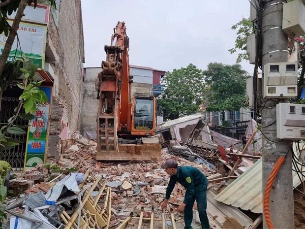 Ảnh: Cận cảnh hiện trường vụ sập nhà 3 tầng do hàng xóm đào móng ở Lào Cai - Ảnh 4.