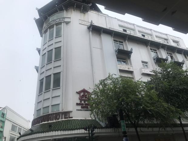 Clip: Khách sạn Đồng Khánh ở TP.HCM bốc cháy dữ dội trong cơn mưa lớn - Ảnh 3.