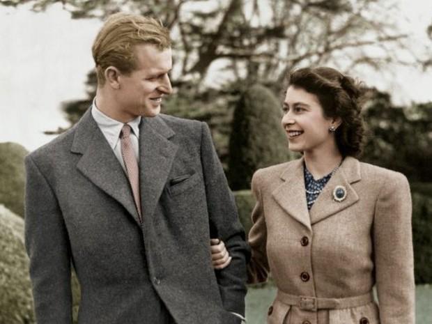 Bức ảnh Một lần gặp gỡ, trọn đời bên nhau của Nữ hoàng Anh và Hoàng tế Philip được lan truyền trên mạng, chỉ một ánh mắt đã nói lên tất cả - Ảnh 3.
