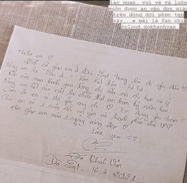 Khánh Vân khoe bức thư gửi tặng fan, nhưng thứ dân tình chú ý lại là nét chữ siêu bánh bèo - Ảnh 1.