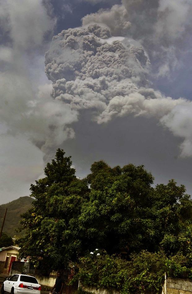 Núi lửa phun trào tại đảo quốc Saint Vincent gây mất điện, nước trên diện rộng - Ảnh 1.