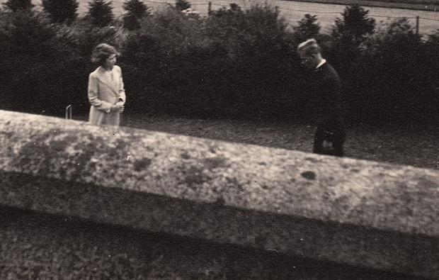 Bức ảnh Một lần gặp gỡ, trọn đời bên nhau của Nữ hoàng Anh và Hoàng tế Philip được lan truyền trên mạng, chỉ một ánh mắt đã nói lên tất cả - Ảnh 1.