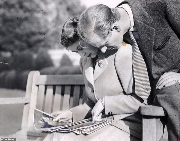 Bức ảnh Một lần gặp gỡ, trọn đời bên nhau của Nữ hoàng Anh và Hoàng tế Philip được lan truyền trên mạng, chỉ một ánh mắt đã nói lên tất cả - Ảnh 2.