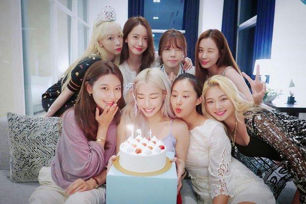 Giữa lùm xùm em út Seo Hyun bị Kim Jung Hyun cư xử thô lỗ, 8 thành viên SNSD bất ngờ mở phòng họp online - Ảnh 2.