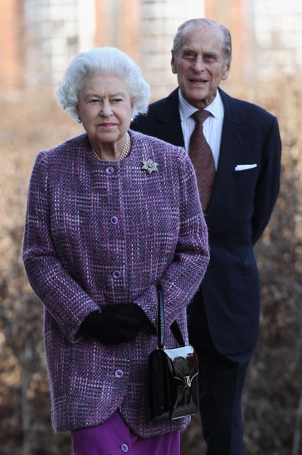 Tiết lộ những hoạt động của Nữ hoàng trong ngày Chủ nhật đầu tiên vắng bóng chồng khiến công chúng càng thêm nể phục bản lĩnh của bà - Ảnh 2.