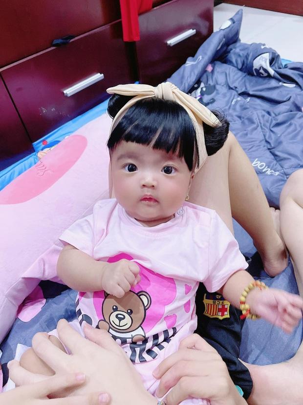 Con gái Mạc Văn Khoa đúng thánh meme: Chuẩn bị đi bơi nhưng biểu cảm phụng phịu khiến bố cũng không dám cười - Ảnh 5.