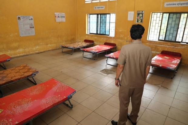 Số ca Covid-19 tăng nhanh, các bệnh viện Campuchia quá tải - Ảnh 1.