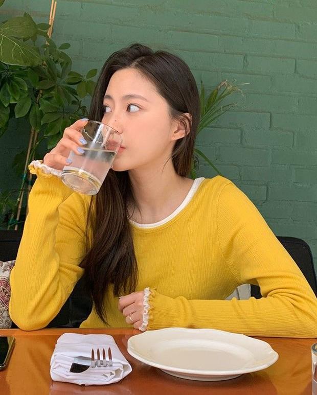 Người máu đặc nên nhớ uống đủ 3 cốc nước trong ngày để làm loãng máu và ngăn ngừa bệnh huyết khối hình thành - Ảnh 1.