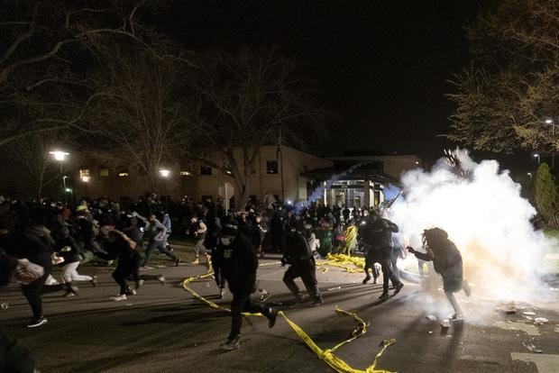 Cảnh sát bắn tử vong thanh niên da màu, biểu tình phản đối phân biệt chủng tộc lại nổ ra ở Mỹ - Ảnh 1.