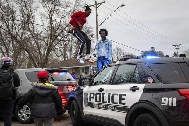 Cảnh sát bắn tử vong thanh niên da màu, biểu tình phản đối phân biệt chủng tộc lại nổ ra ở Mỹ - Ảnh 2.