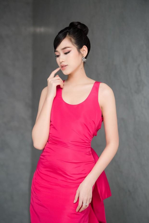 Hoa hậu Đỗ Thị Hà hớ hênh lộ cả phụ tùng trên sóng truyền hình vì chiếc đầm sexy - Ảnh 1.