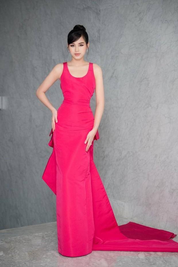 Hoa hậu Đỗ Thị Hà hớ hênh lộ cả phụ tùng trên sóng truyền hình vì chiếc đầm sexy - Ảnh 2.