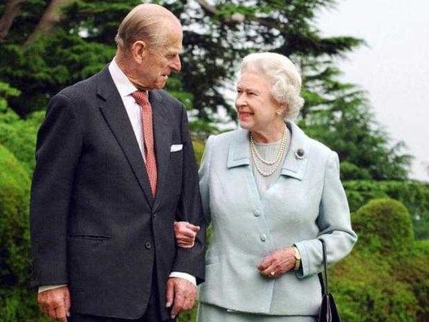 """Con dâu xúc động chia sẻ về giây phút Hoàng thân Philip trút hơi thở cuối cùng, Nữ hoàng Anh lần đầu thừa nhận nỗi đau mất đi """"bạn đời 73 năm"""" - Ảnh 1."""