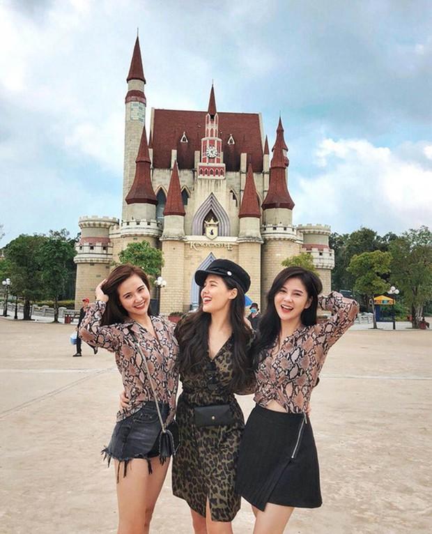 Hội bạn đình đám Hà Thành tụ họp: Nhan sắc mẹ bầu Phanh Lee vẫn không át được màn khoe ngực sexy của Huyền Lizzie - Ảnh 6.