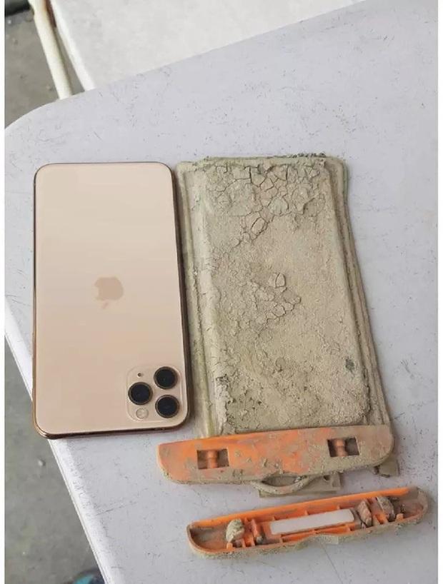 iPhone 11 Pro Max hoạt động bình thường sau 1 năm lặn dưới đáy hồ ngập bùn - Ảnh 3.