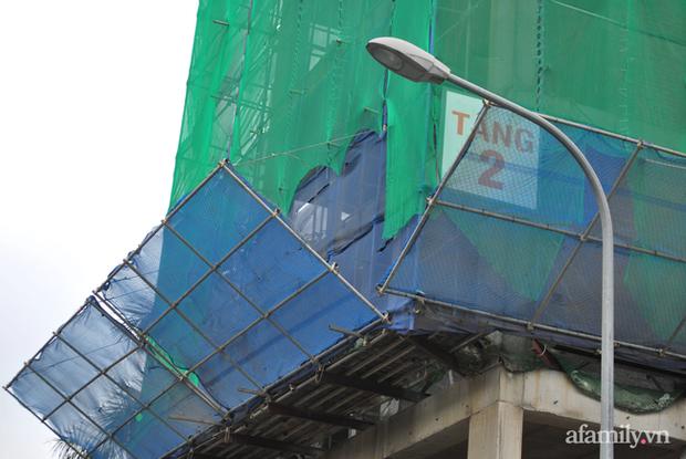 Hà Nội: Cục bê tông rơi từ tòa nhà đang xây dựng phang vỡ bốt bảo vệ khu chung cư bên cạnh, suýt trúng đầu cư dân - Ảnh 4.