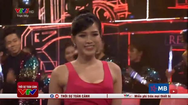 Hoa hậu Đỗ Thị Hà hớ hênh lộ cả phụ tùng trên sóng truyền hình vì chiếc đầm sexy - Ảnh 5.