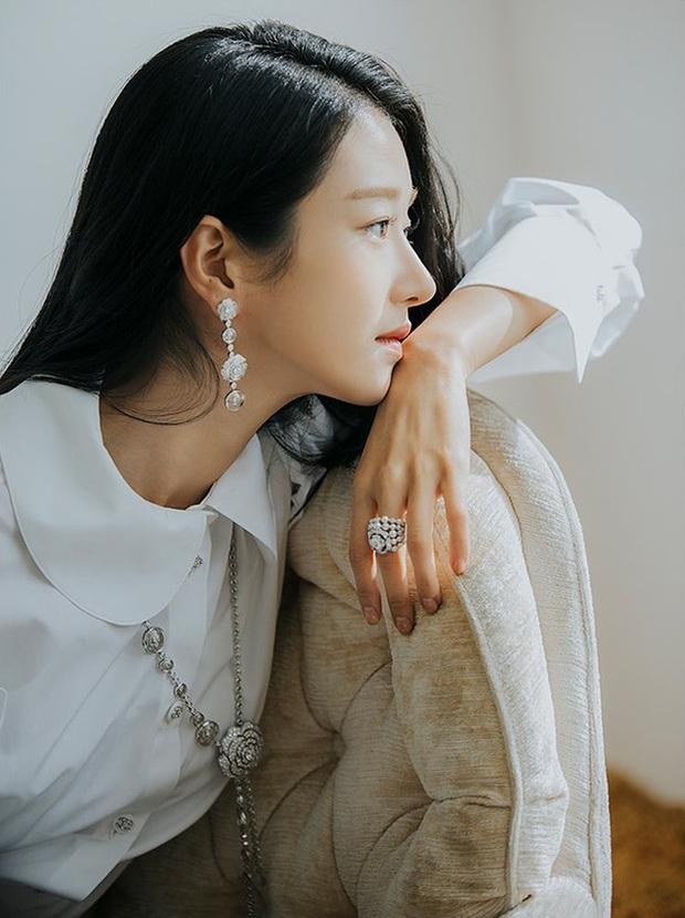 Điên nữ Seo Ye Ji chỉ diện sơ mi trắng basic mà vẫn sang hết chỗ chê, tấm gương mix đồ để học hỏi đây rồi! - Ảnh 4.