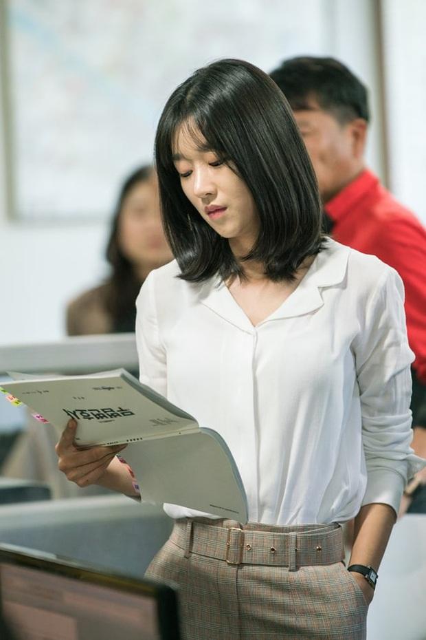 Điên nữ Seo Ye Ji chỉ diện sơ mi trắng basic mà vẫn sang hết chỗ chê, tấm gương mix đồ để học hỏi đây rồi! - Ảnh 5.