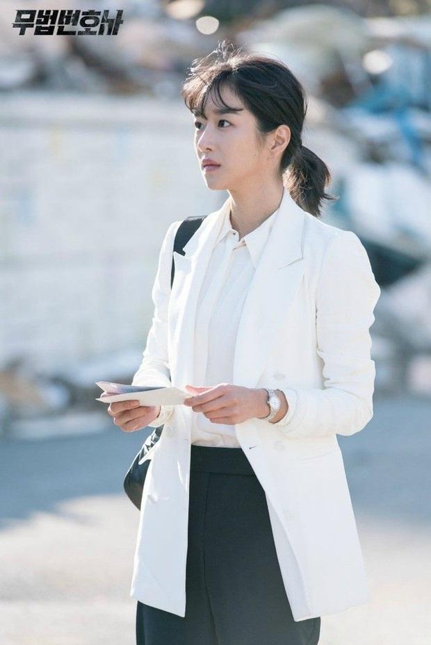 Điên nữ Seo Ye Ji chỉ diện sơ mi trắng basic mà vẫn sang hết chỗ chê, tấm gương mix đồ để học hỏi đây rồi! - Ảnh 6.