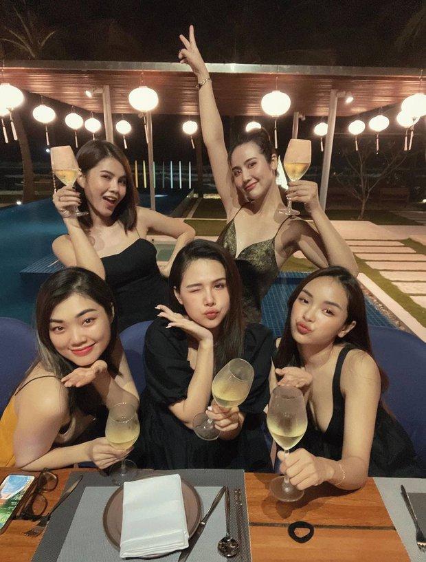 Hội bạn đình đám Hà Thành tụ họp: Nhan sắc mẹ bầu Phanh Lee vẫn không át được màn khoe ngực sexy của Huyền Lizzie - Ảnh 4.