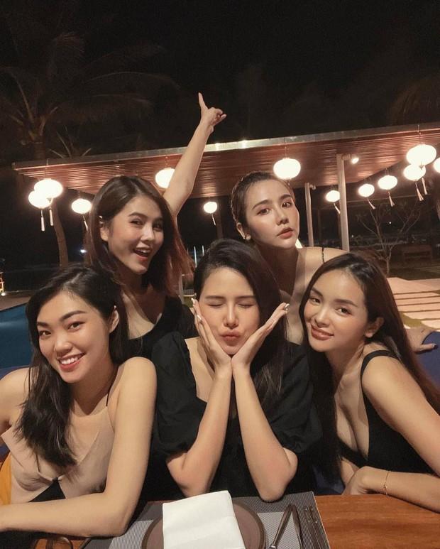 Hội bạn đình đám Hà Thành tụ họp: Nhan sắc mẹ bầu Phanh Lee vẫn không át được màn khoe ngực sexy của Huyền Lizzie - Ảnh 5.