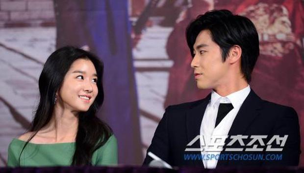 """Tình sử rối ren của """"điên nữ"""" Seo Ye Ji: Dính hint từ Yunho đến Lee Jun Ki, yêu anh họ Kim Soo Hyun rồi gây sốc vì mối tình kiểm soát chấn động - Ảnh 3."""