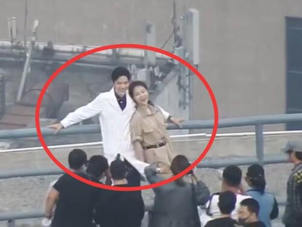 Hàng trăm fan bu kín để chụp Cung Tuấn đóng phim mới, nhìn sơ lại giống Tiêu Chiến lúc xưa? - Ảnh 6.
