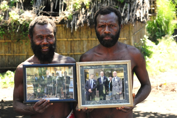 Kỳ lạ bộ lạc sống trên đảo xa tôn thờ cố Hoàng thân Philip, quyết định để tang khi hay tin ông qua đời - Ảnh 7.
