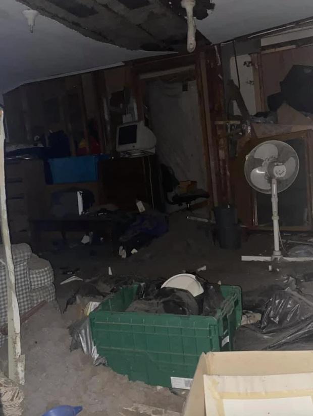 Sống trong nhà 6 năm trời, gia chủ bất ngờ phát hiện chiếc cửa sổ chưa từng mở, không thuộc bất kỳ căn phòng nào và bí mật động trời bên trong - Ảnh 2.