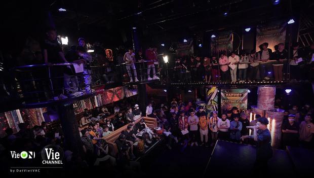 Hé lộ sân khấu casting Rap Việt mùa 2, bộ đôi Touliver - Rhymastic tập trung cao độ - Ảnh 2.