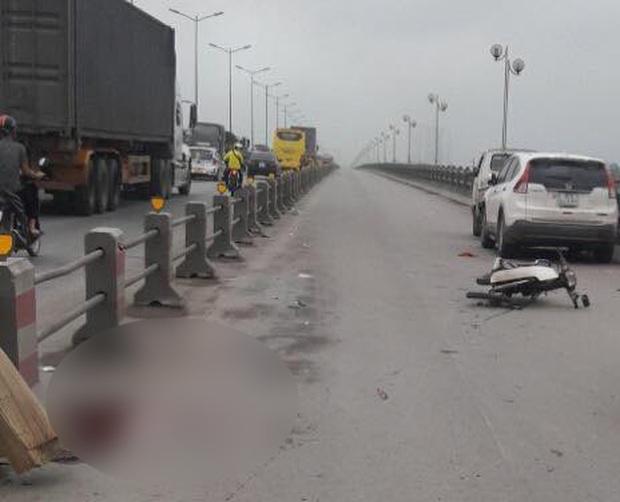 Hà Nội: Nam thanh niên tử vong cạnh xe máy, nghi tự đâm vào thành cầu Thanh Trì - Ảnh 1.