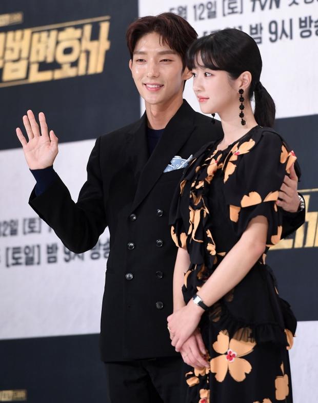 Chuyện ngược đời: Bắt tài tử Hạ Cánh Nơi Anh xa lánh Seohyun, Seo Ye Ji vẫn thân mật với Lee Jun Ki, còn ôm ấp ngay trên thảm đỏ - Ảnh 5.