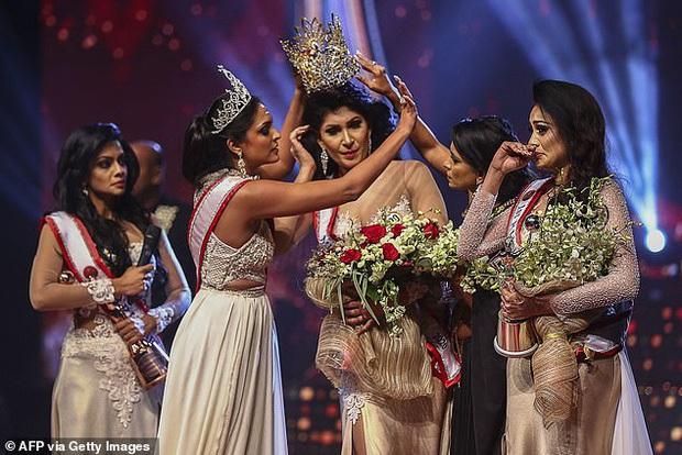 Người giật phăng vương miện của tân Hoa hậu Sri Lanka lần đầu lên tiếng về hành động kém duyên, tuyên bố từ bỏ danh hiệu - Ảnh 1.