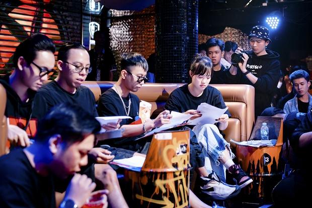 Hé lộ sân khấu casting Rap Việt mùa 2, bộ đôi Touliver - Rhymastic tập trung cao độ - Ảnh 6.
