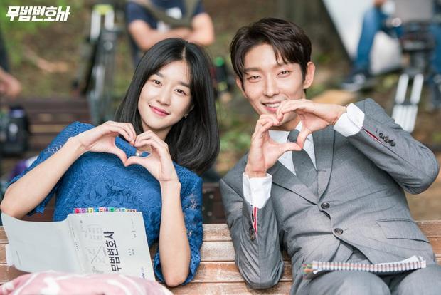 Chuyện ngược đời: Bắt tài tử Hạ Cánh Nơi Anh xa lánh Seohyun, Seo Ye Ji vẫn thân mật với Lee Jun Ki, còn ôm ấp ngay trên thảm đỏ - Ảnh 10.
