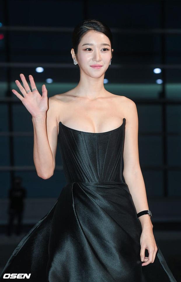Những màn o ép vòng 1 muốn bung cúc của Seo Ye Ji: O ép bức thở trên thảm đỏ, từ tạp chí ra ngoài đời đều khoe bỏng mắt - Ảnh 5.
