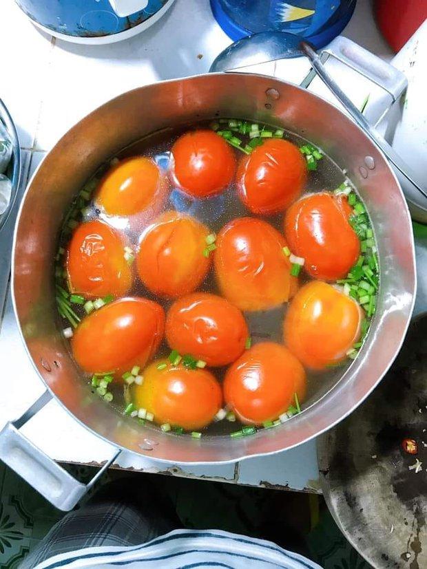 Lần đầu ra mắt nhà bạn trai, cô nàng nấu canh cà chua khiến cả nhà cứng họng, dân mạng cười bể bụng: Xứng đáng có 10 người yêu! - Ảnh 1.