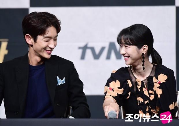 Chuyện ngược đời: Bắt tài tử Hạ Cánh Nơi Anh xa lánh Seohyun, Seo Ye Ji vẫn thân mật với Lee Jun Ki, còn ôm ấp ngay trên thảm đỏ - Ảnh 6.